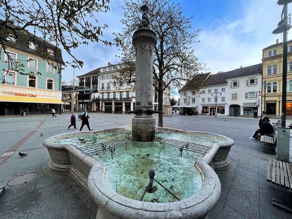 Der Marktplatzbrunnen wird seinem Name...isches Wasser aus den Rohren sprudelt.  | Foto: Barbara Ruda
