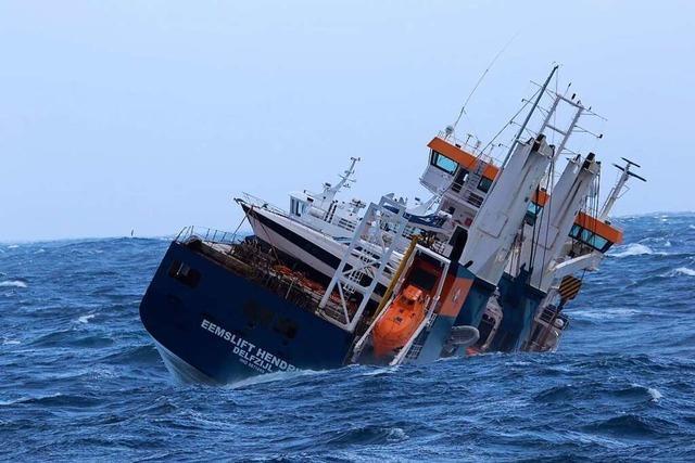 Bergungsmannschaften sichern havarierten Frachter vor der norwegischen Küste