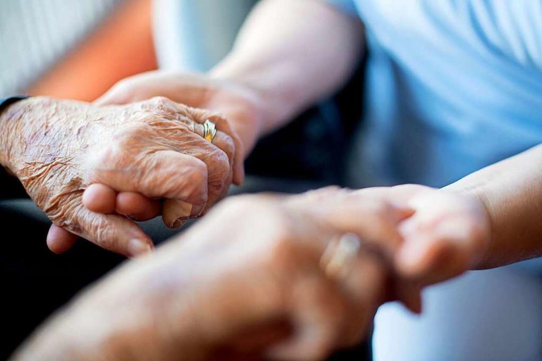 Pflege ist auch emotional anspruchsvol... mehr als nur medizinische Versorgung.  | Foto: Tom Weller (dpa)