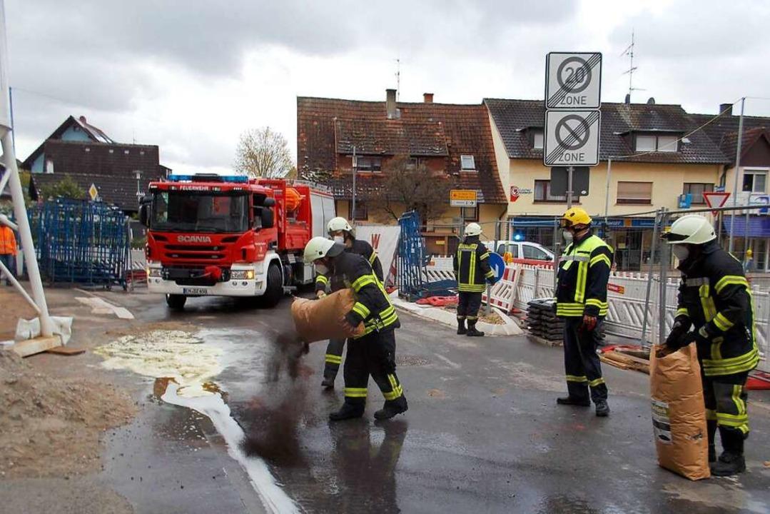 Mit Bindemitteln gingen die Einsatzkräfte gegen das ausgetretene Öl vor.  | Foto: Feuerwehr Denzlingen