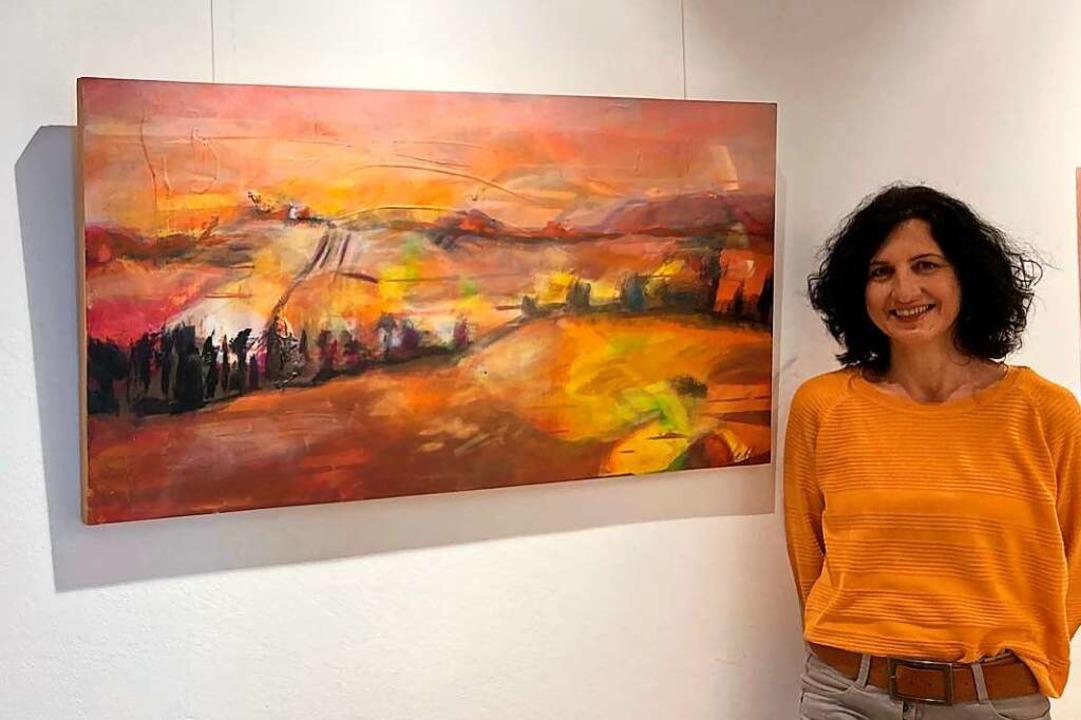 Die  Künstlerin Ellen Vetter vor einem... von der Gemeinde Friesenheim gekauft.  | Foto: Gemeinde Friesenheim