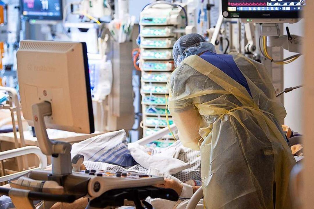 Behandlung eines Covid-19-Patienten auf einer Intensivstation in Ludwigsburg.  | Foto: Sebastian Gollnow (dpa)
