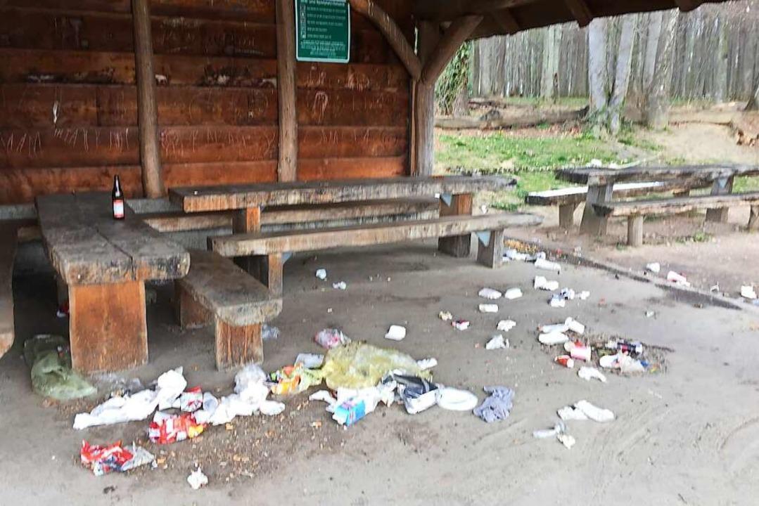 Schlimm sah es nach Ostern an der Hütte am Schallbacher Spielplatz aus.    Foto: Hartwig Hinnah