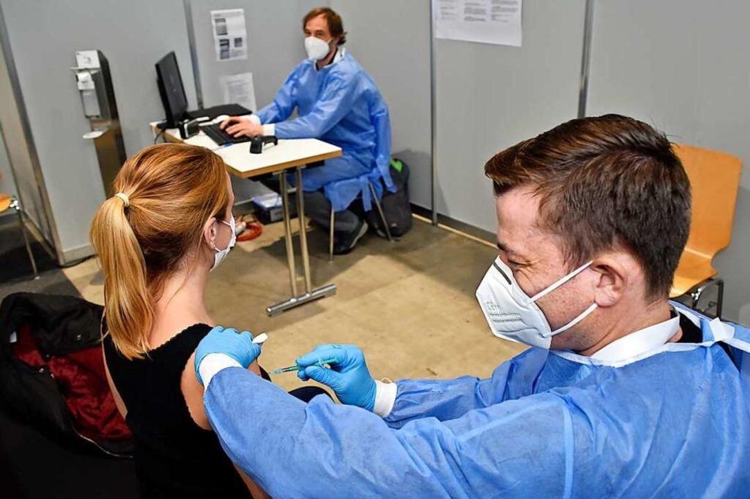 Holger Jehle, Pfleger beim Impfen  | Foto: Thomas Kunz
