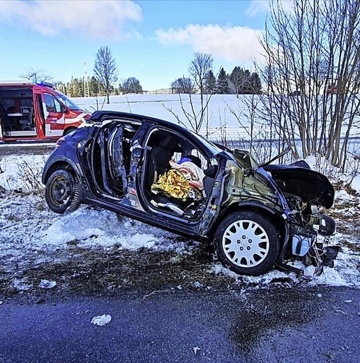 Schwerer Verkehrsunfall bei Grafenhaus...nsporter war mit einem Pkw kollidiert.  | Foto: Kerstin Heller