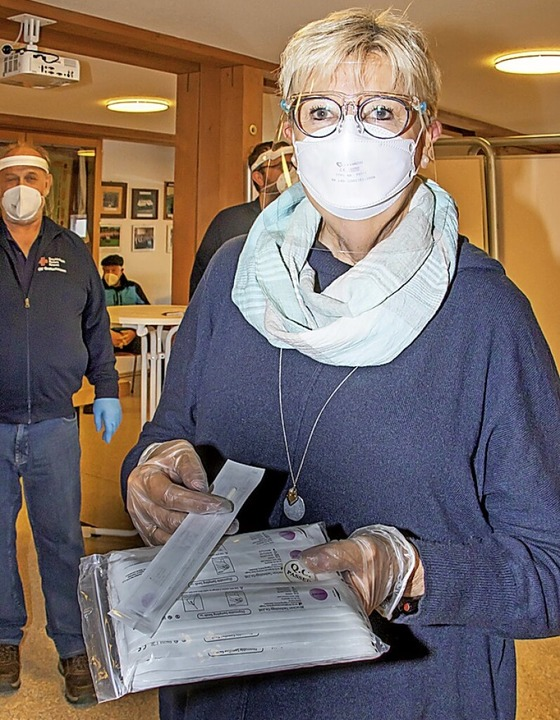 Apothekerin Inge Straub hat aus China kurze Nasenstäbchen besorgt.    Foto: Wilfried Dieckmann
