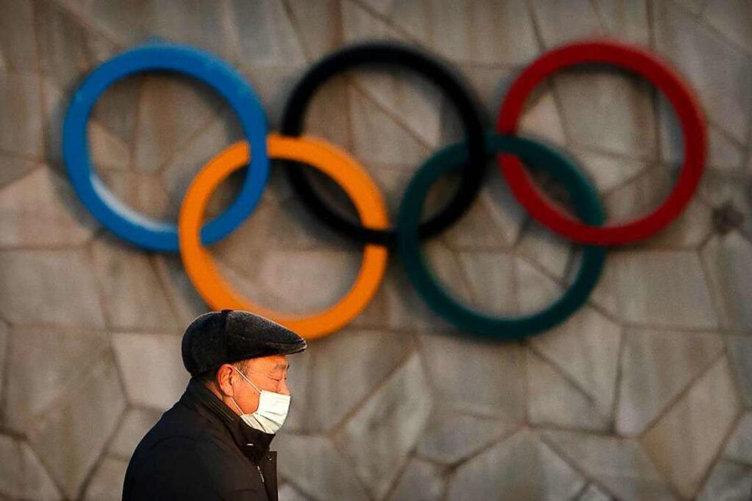 Die Olympischen Ringe hängen an der Außenseite des Nationalstadions in Peking  | Foto: Mark Schiefelbein (dpa)