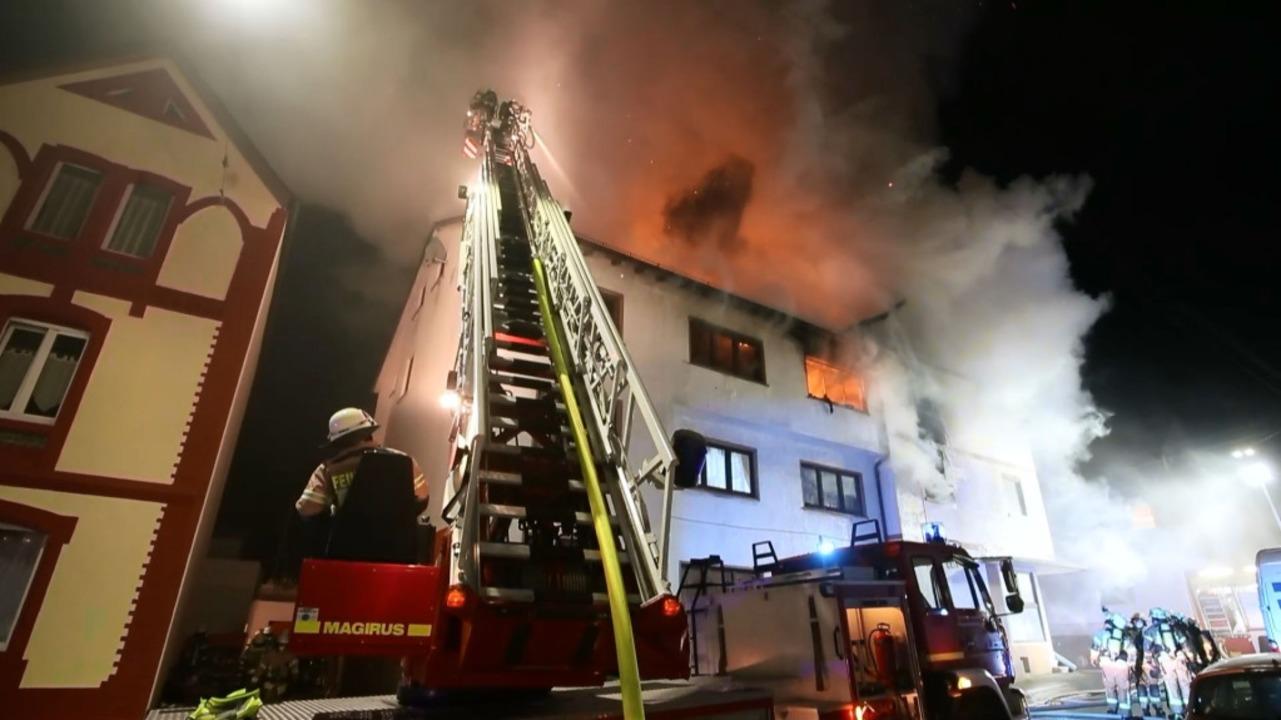 150 Feuerwehrleute waren in der Nacht ...iert von 100 weiteren Rettungskräften.  | Foto: kamera24