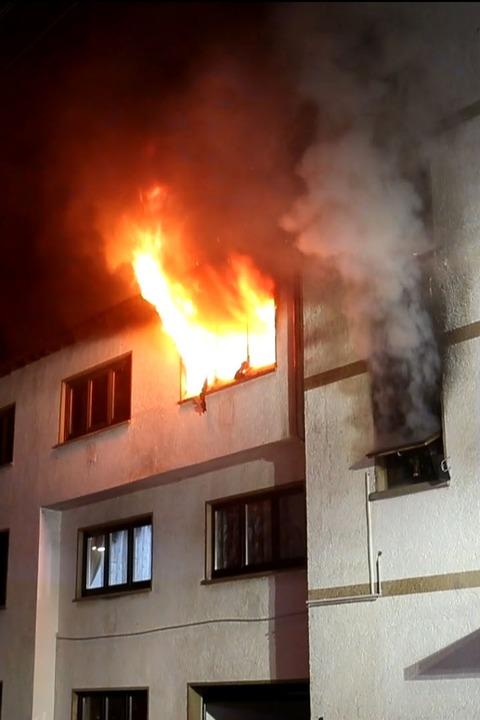 Flammen schlagen aus einem Fenster.  | Foto: kamera24