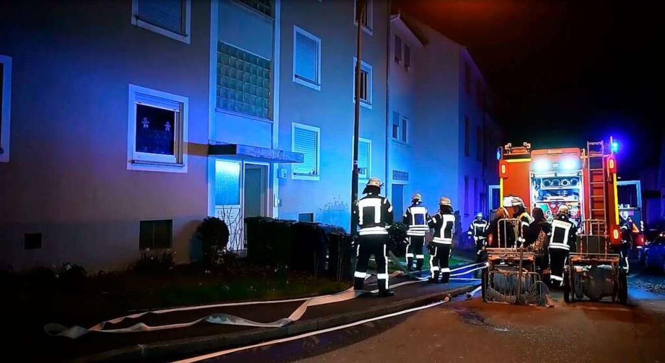 Auch nachts im Einsatz: Die Lahrer Feu...bei einem Balkonbrand im Februar 2020   | Foto: Wolfgang Künstle