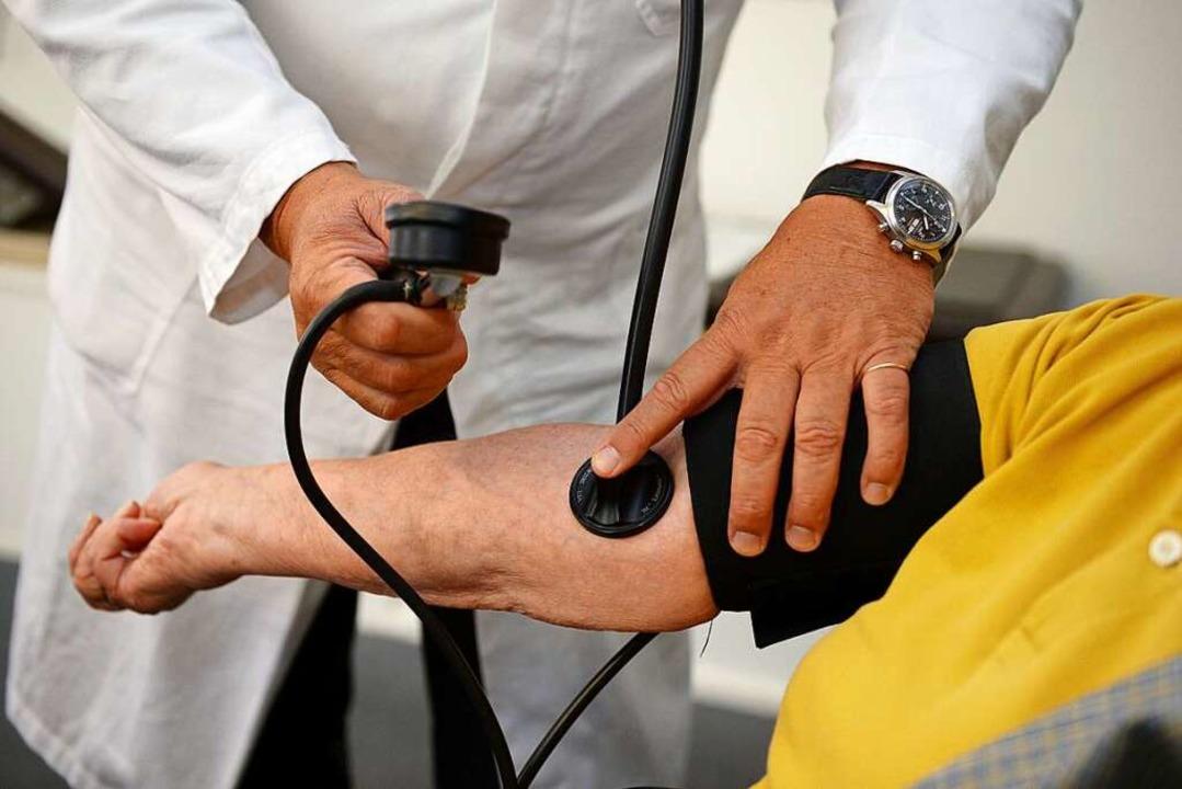 Medizinische Hilfe soll es auch ohne Krankenversicherung geben (Symbolbild).  | Foto: Bernd Weissbrod