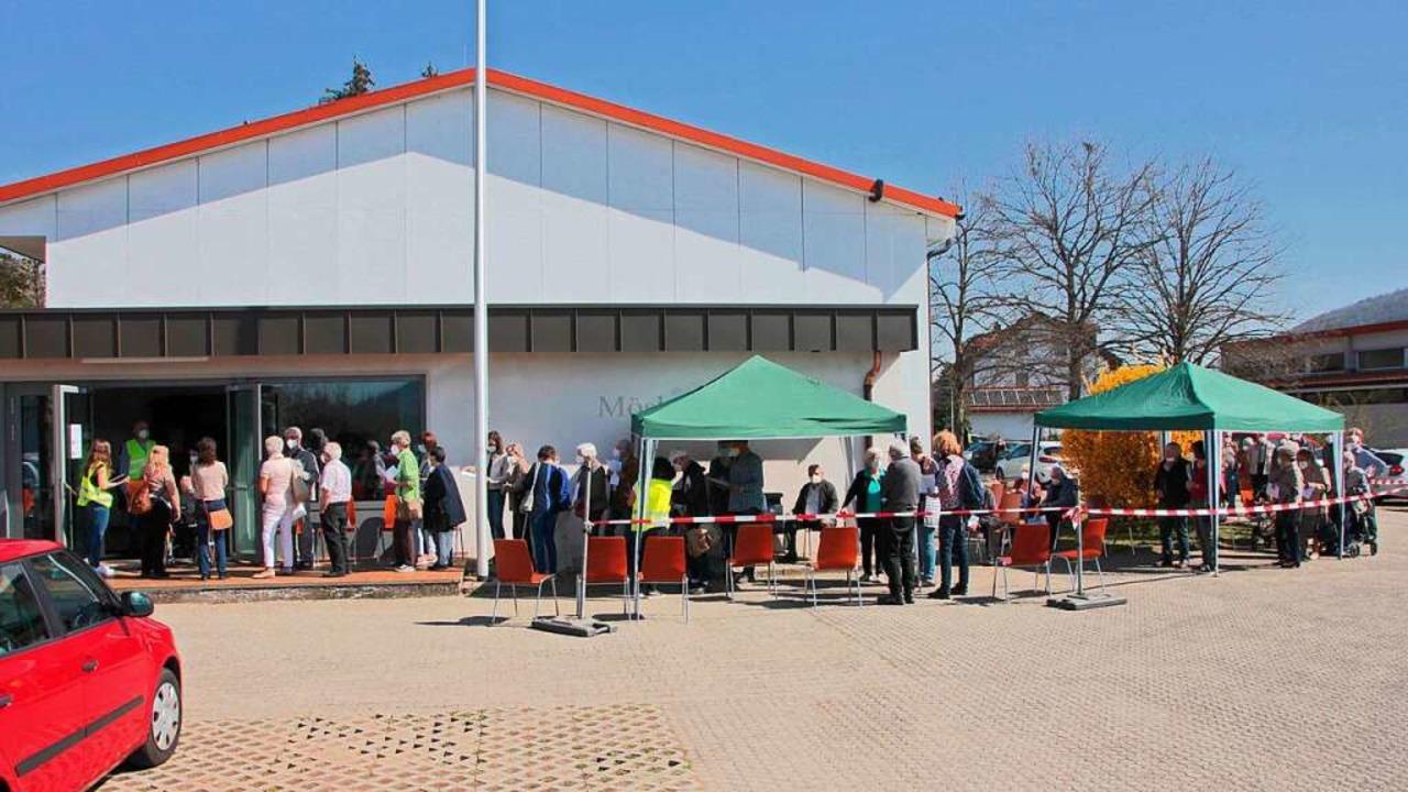 Groß war der andrang beim Impftermin in Luttingen am Gründonnerstag.    Foto: Peter Koch