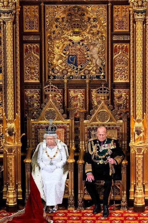 Königin Elizabeth II  und Prince Philipp 2016 bei einer Zeremonie im Parlament.  | Foto: JUSTIN TALLIS (AFP)