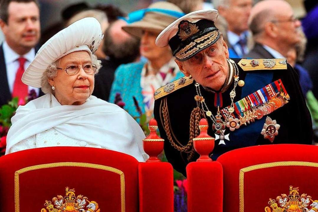 Elizabeth II und Prinz Philip 2012.  | Foto: JOHN STILLWELL (AFP)