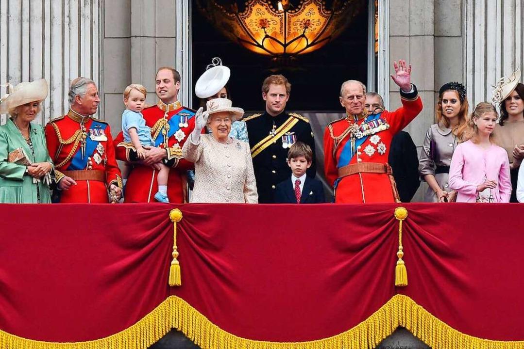 Elizabeth und Philip im Kreise der Kin...n Anne, Prinz Andrew und Prinz Edward.  | Foto: BEN STANSALL (AFP)