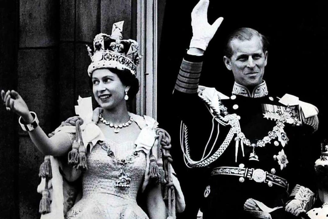 1953: Nach der prunkvollen Krönung winken Elizabeth und Philip den Menschen zu.  | Foto: Str (dpa)