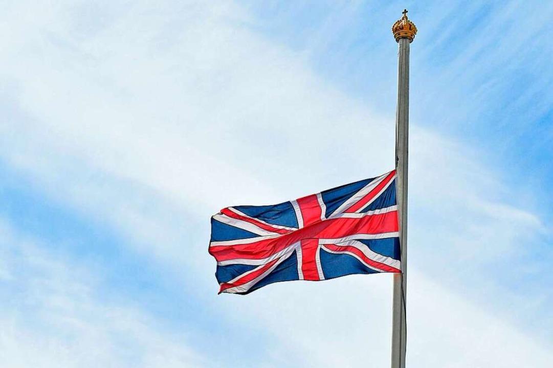 Am Buckingham Palace wurde die Flagge Großbritanniens auf Halbmast gezogen.  | Foto: Ian West (dpa)