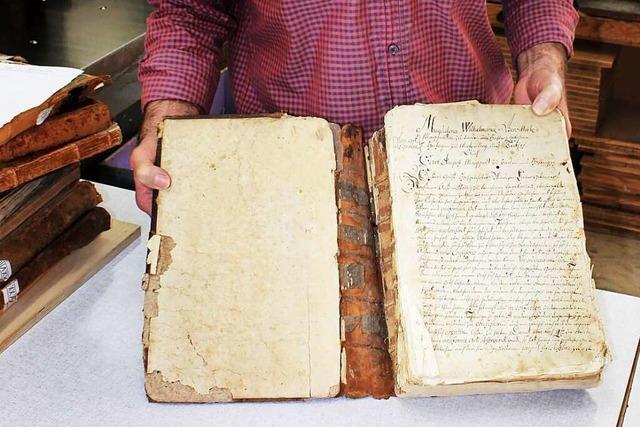 Jahrhunderte alte Kirchenbücher aus Grenzach werden repariert