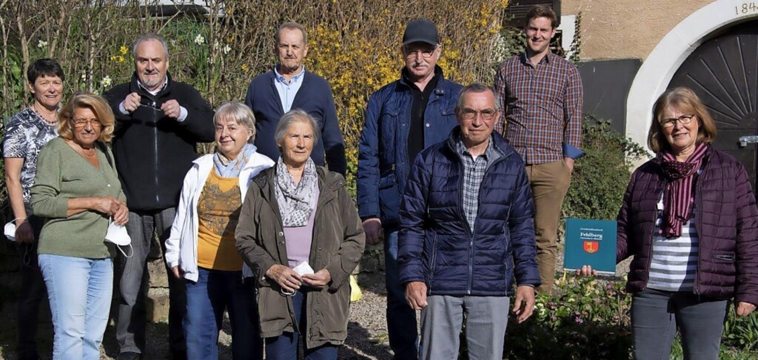 Eine Gruppe engagierter Feldberger und...enbuch nach vier Jahren Arbeit fertig.  | Foto: Volker Münch