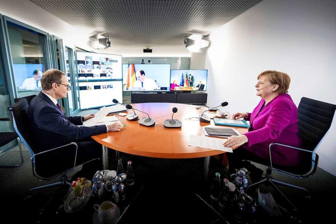 Bundeskanzlerin Angela Merkel (CDU) un...mit den Ministerpräsidenten der Länder  | Foto: Guido Bergmann (dpa)