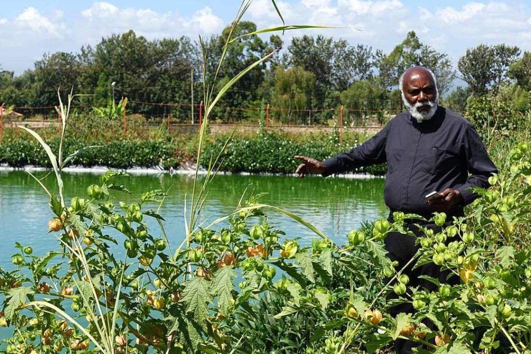 Pater Francis bei einem der Fischteich...ei der Selbstversorgung helfen sollen.    Foto: privat