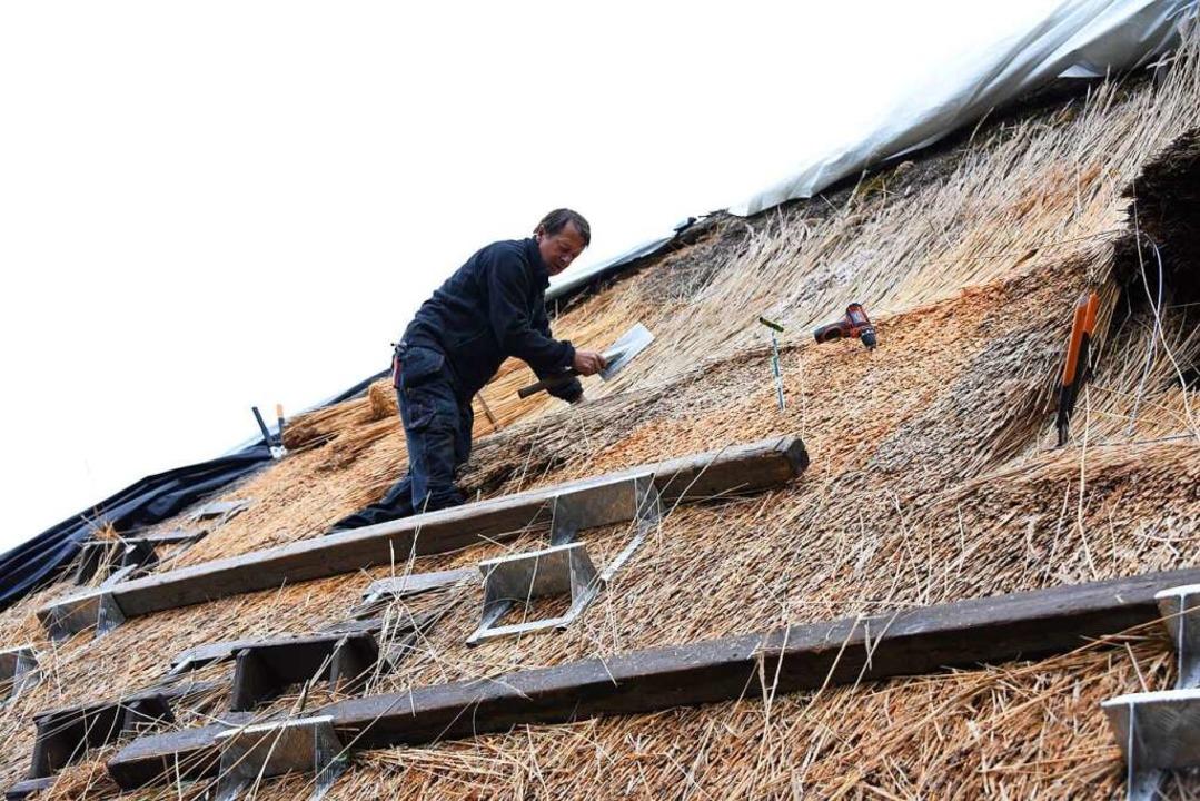 Das Strohdach des Schneiderhofes wurde  im Juni repariert.  | Foto: Robert Bergmann