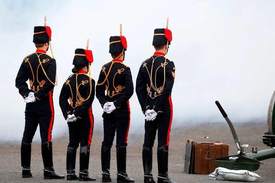 Die Streitkräfte erweisen dem ehemaligen Marineoffizier Philip am Samstag mit 41 Salutschüssen überall im Land die letzte Ehre wie hier in London. (Foto: ALASTAIR GRANT (AFP))