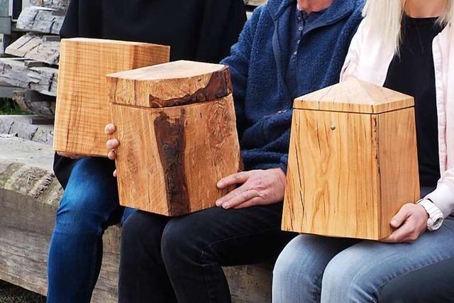 In Kandern werden Urnen aus verwitterten Stämmen hergestellt