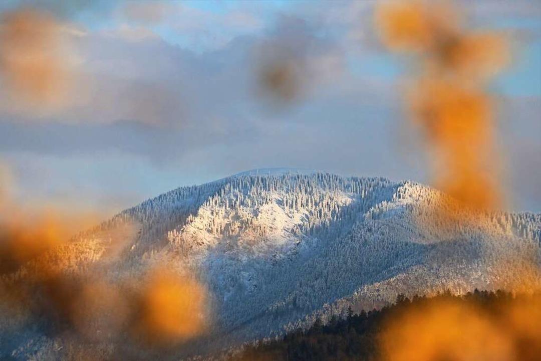 Der letzte Schnee auf dem Gipfel  und ... dieser Tage den Belchen fotografiert.  | Foto: Harald Höfler