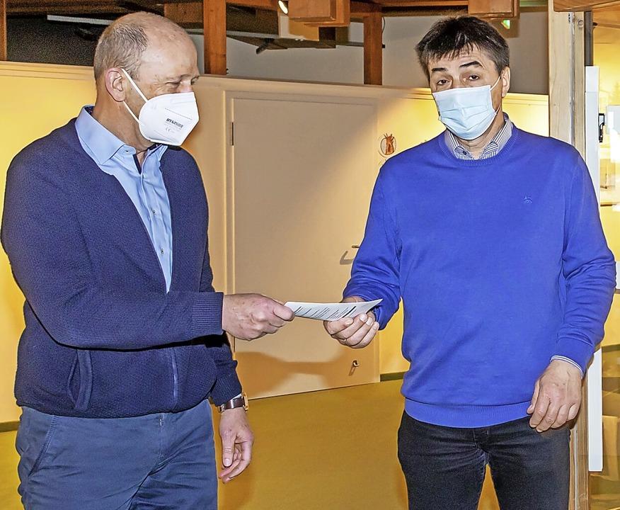 Clemens Rosa (rechts) vom Sportverein ...den Flyer zur Ausstellung überreicht.   | Foto: Wilfried Dieckmann