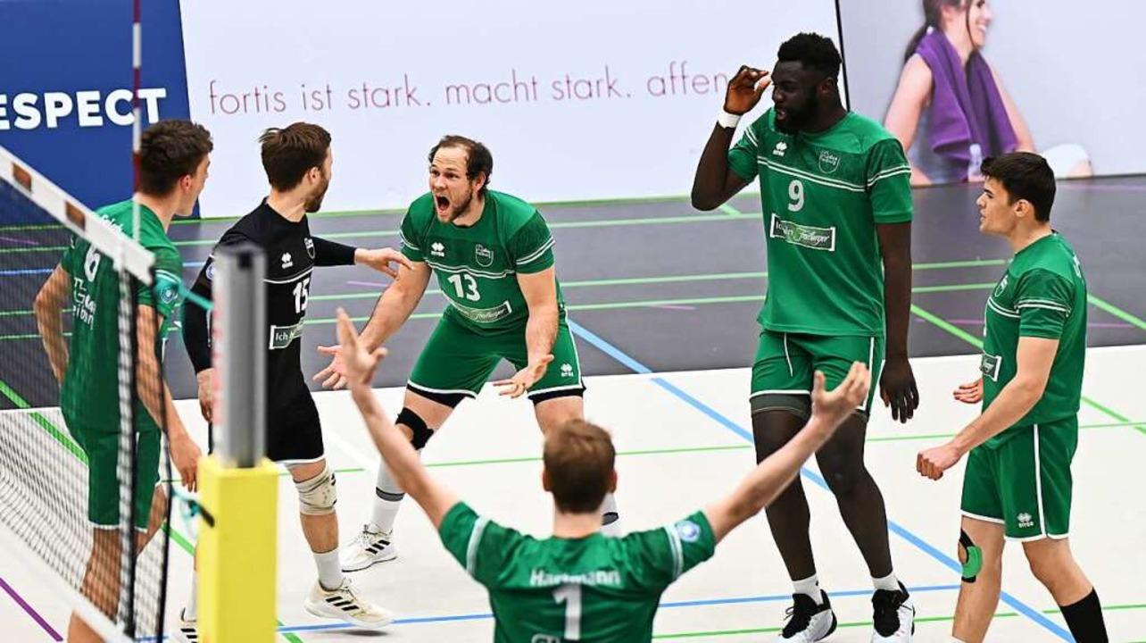 Gemeinsam freuen sich die Freiburger V...3:0-Erfolg gegen den TSV Mimmenhausen.  | Foto: Achim Keller