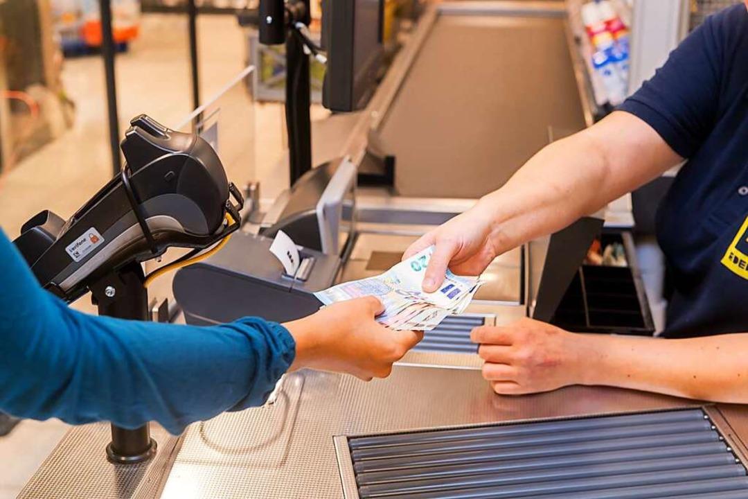 In vielen Supermärkten kann man inzwischen beim Bezahlen auch Geld abheben.    Foto: Benjamin Nolte