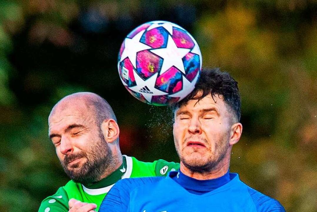 Einmal Fußballer, immer Fußballer: Fab...pa kämpft gegen die Grünen Furtwanger.  | Foto: Wolfgang Scheu