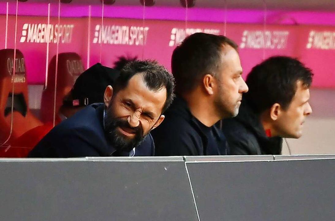 Hasan Salihamidzic (l), Sportvorstand ...chens Trainer Hansi Flick das Gesicht.  | Foto: Sven Hoppe (dpa)
