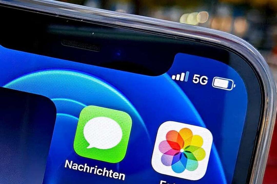 Ein iPhone mit 5G. Auch günstigere Han...zen schon den neuen Mobilfunkstandard.  | Foto: Christoph Dernbach (dpa)