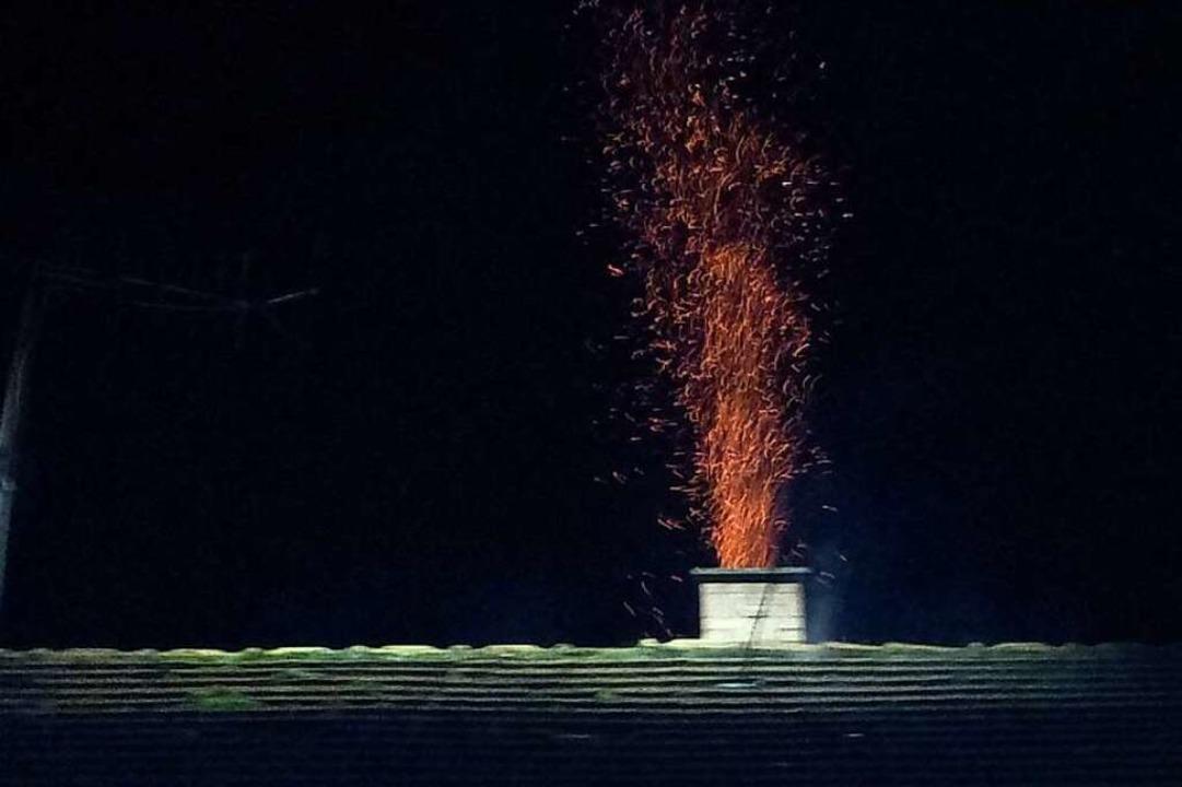 Kennzeichen eines Kaminbrands sind Funken, die aus dem Schornstein schlagen.  | Foto: Feuerwehr Herbolzheim