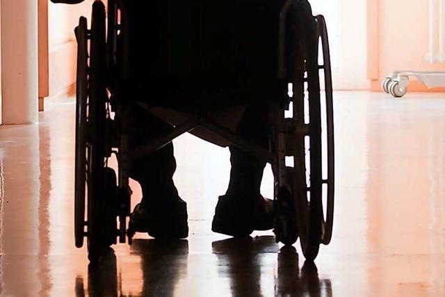 Radler rastet aus und bespuckt Rollstuhlfahrer
