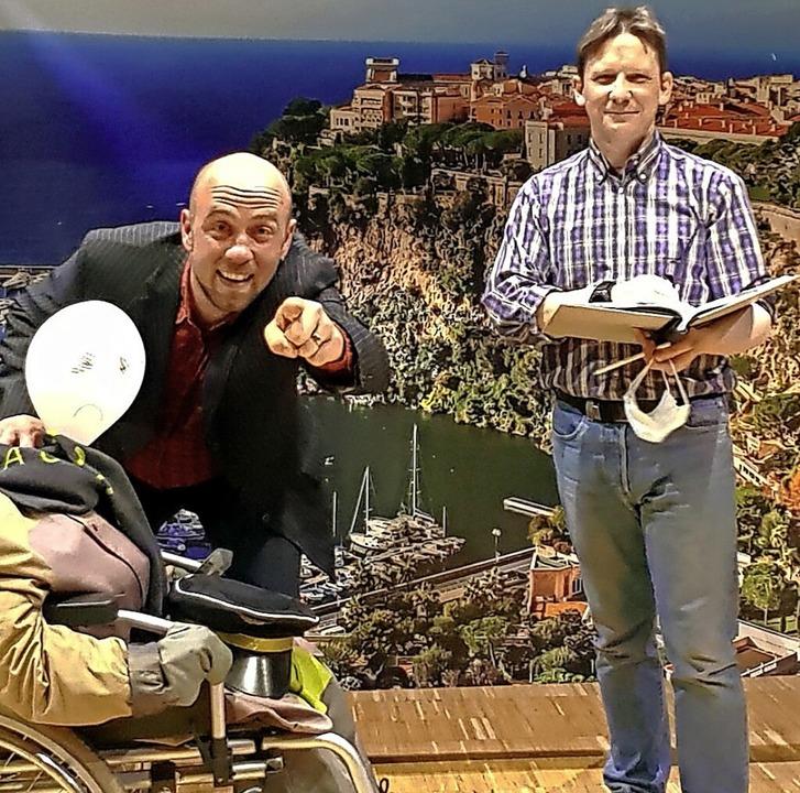 Regisseur und VHS-Theaterleiter Frank ... Foto haben sie die Masken abgenommen.  | Foto: privat