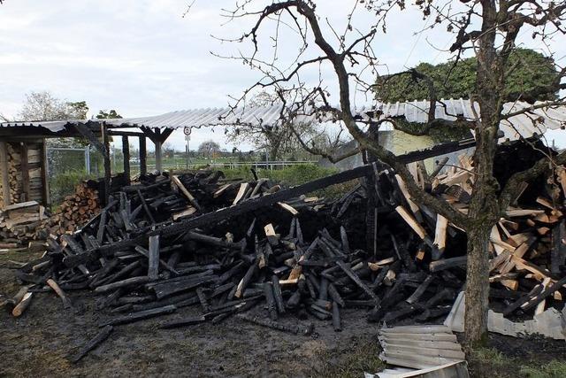 Holzlager fängt Feuer