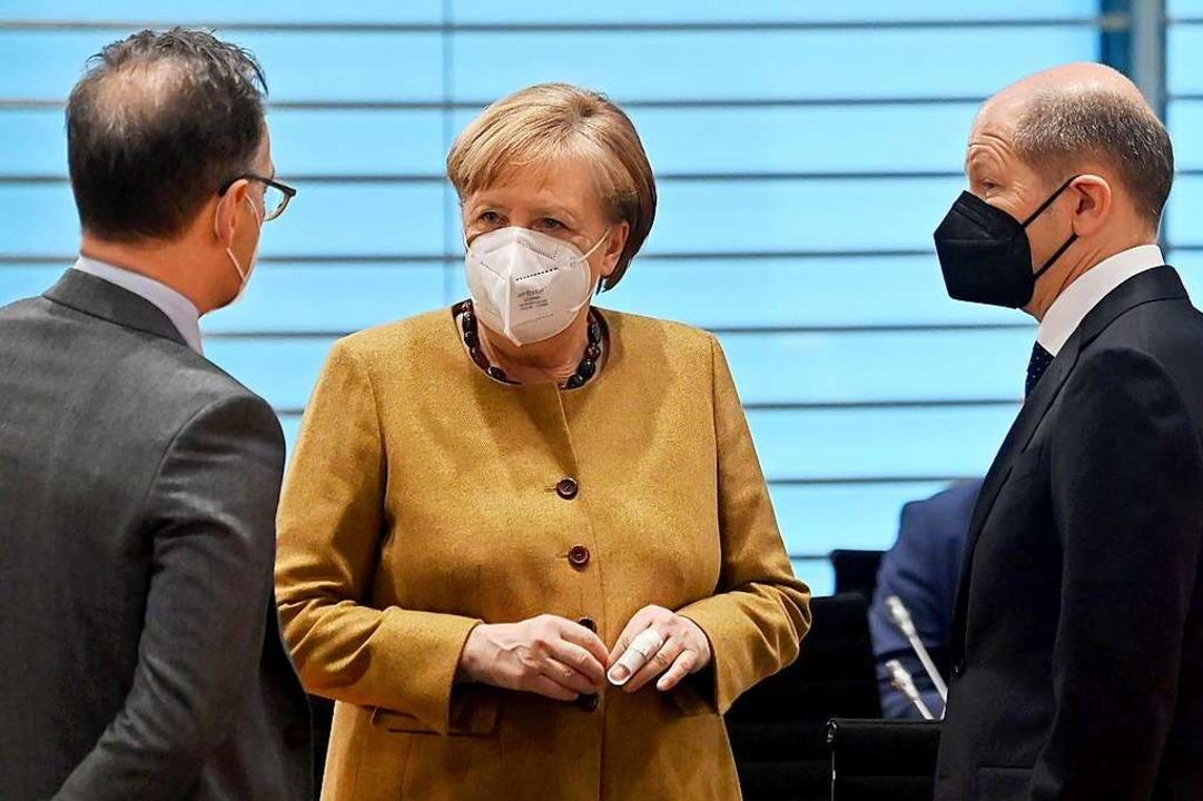 Bundeskanzlerin Angela Merkel (CDU) sp...ng des Kabinetts im Bundeskanzlearamt.  | Foto: John Macdougall (dpa)
