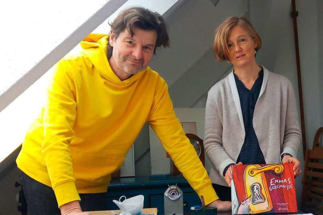 Michael Bögle und Katharina Böhmer-Kastens mit ihrem Buch  | Foto: Julia Littmann