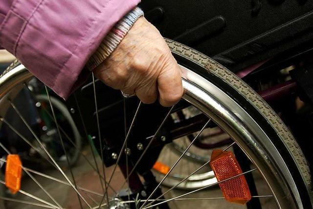 Unbekannter stiehlt Rollstuhlfahrerin den Geldbeutel