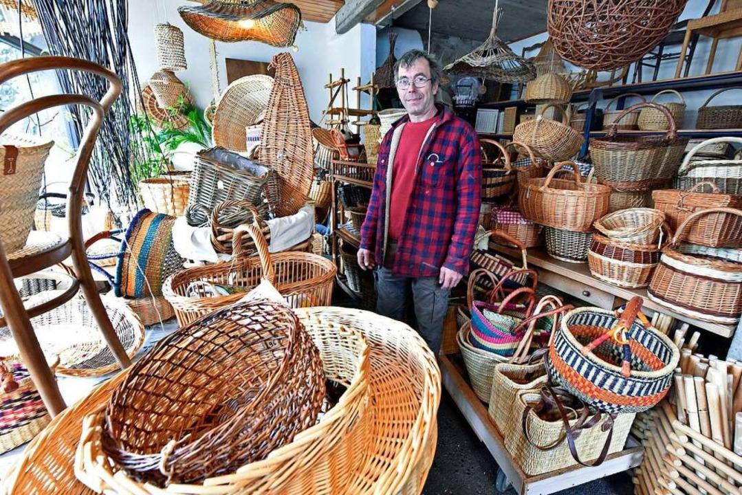 Roland Witt in dem Laden, den er mit seiner Schwester Gaby betreibt.  | Foto: Michael Bamberger