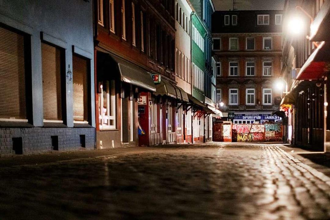 Nächtliche Ausgangssperren – hie...us Hamburg – bleiben umstritten.  | Foto: Markus Scholz (dpa)
