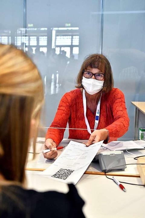 Christa Hübner, Registrierung der Impflinge im Zentralen Impfzentrum in Freiburg  | Foto: Thomas Kunz