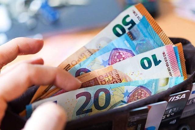 Ehrliche Finderin gibt Geldbeutel mit mehreren Hundert Euro ab
