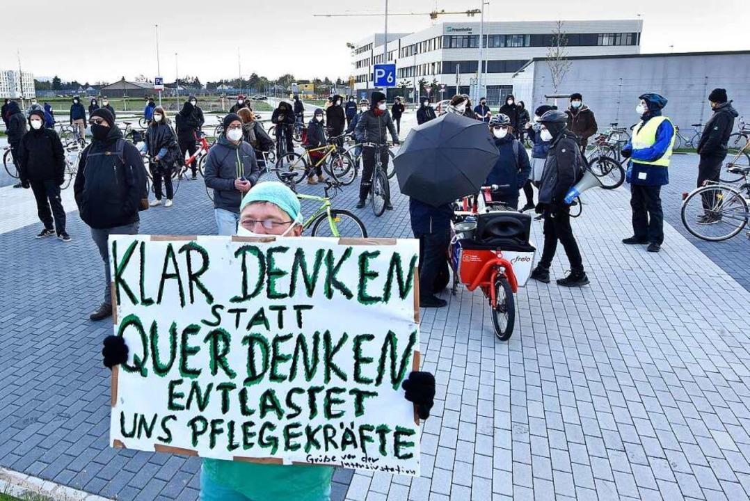Rund 200 Gegendemonstranten waren am Startpunkt des Korsos.  | Foto: Michael Bamberger