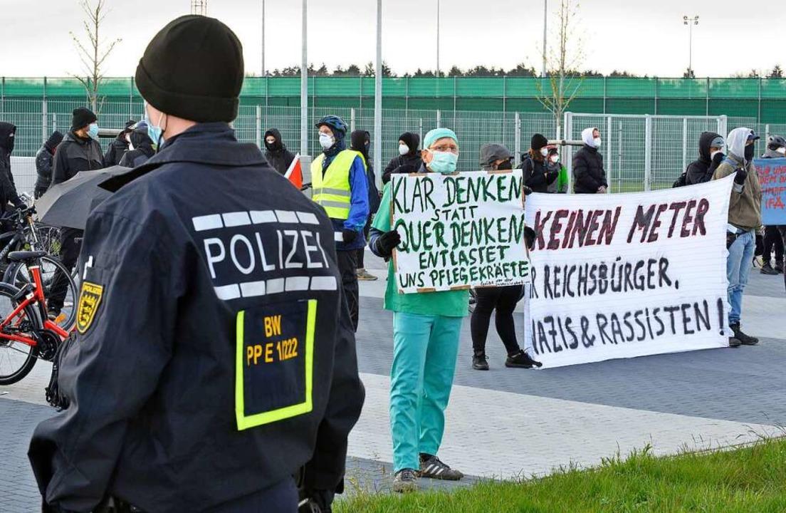 Inzwischen haben sich Protest und Gegenprotest eingespielt.  | Foto: Michael Bamberger
