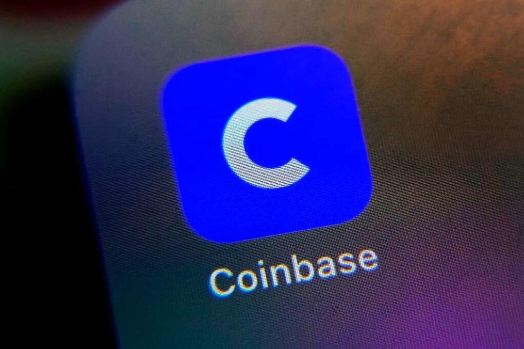 Das Logo der Coinbase-App ist auf dem Bildschirm eines Handys zu sehen.  | Foto: Richard Drew (dpa)