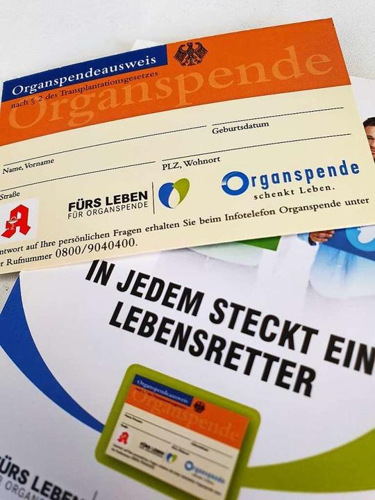 Wer zur Organspende bereit ist sollte ...en Organspendeausweis bei sich tragen.  | Foto: Karl Kovacs